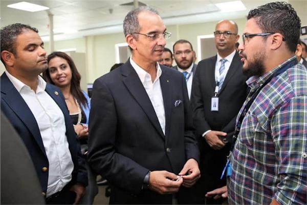 وزير الاتصالات الدكتور عمرو طلعت مع الشباب