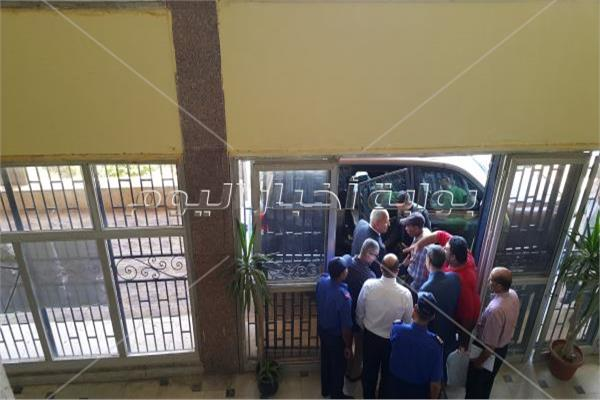 محافظ السويس يصافح الموظفين وأفراد الأمن