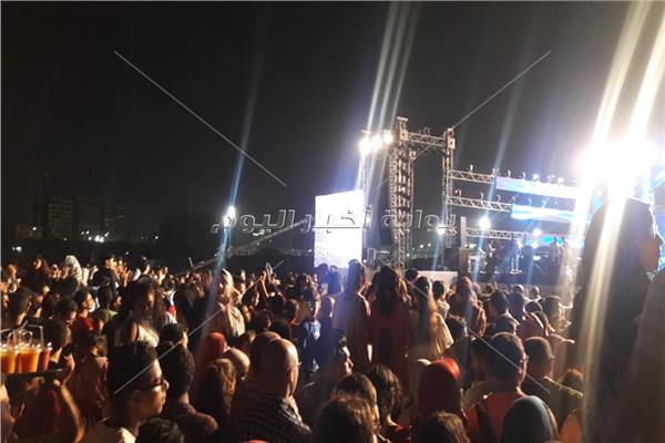 بدء توافد الجماهير على حفل تامر حسني بنادي الشمس
