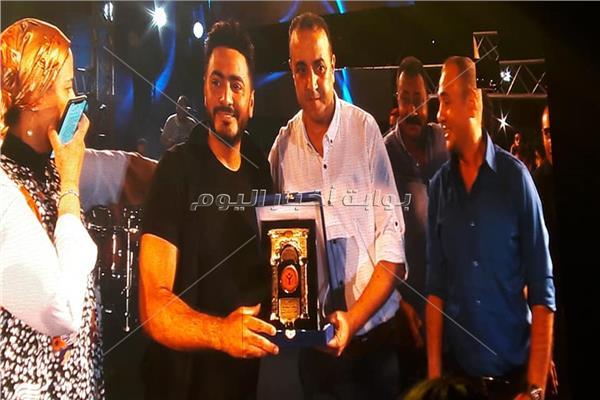 """تكريم تامر حسني عن فيلم """"البدلة"""" بنادي الشمس"""