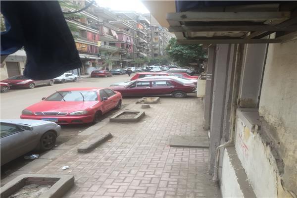 السيارات تحتل رصيف المشاة بحي الوايلي