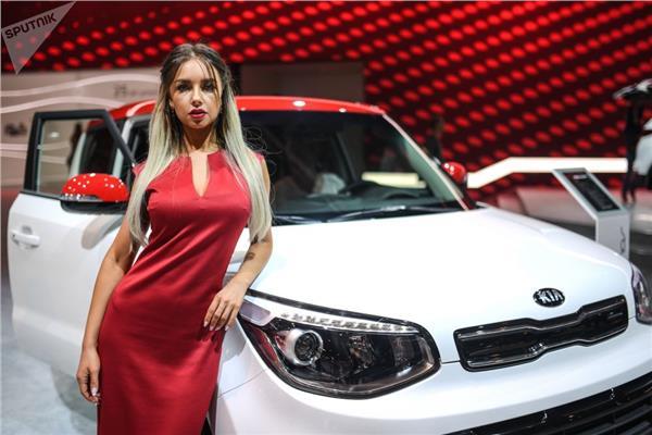 """عارضة أزياء تمثل شركة """"كيا"""" في معرض موسكو الدولي للسيارات 2018"""