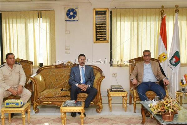 محافظ سوهاج خلال استقباله مدير الأمن ونائبه