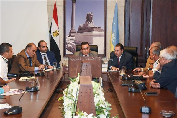 محافظ الإسكندرية خلال الاجتماع مع رؤساء الأحياء