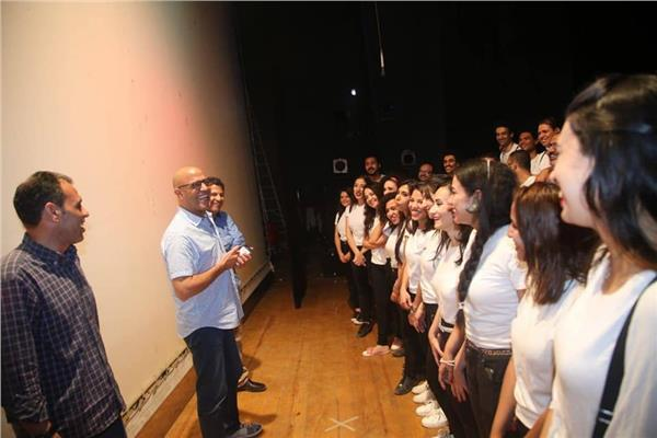 أشرف عبد الباقي مع أبطال العرض