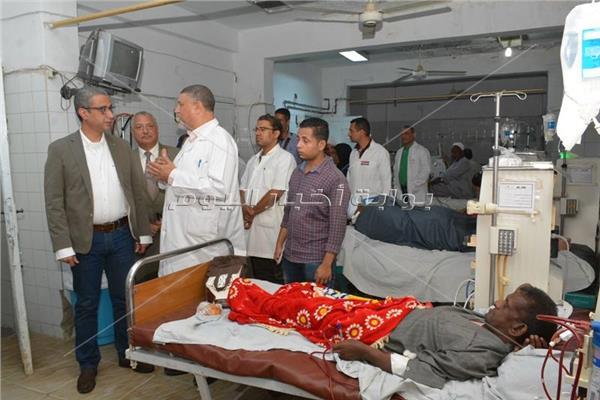 الانصارى خلال تفقده لمستشفى طما