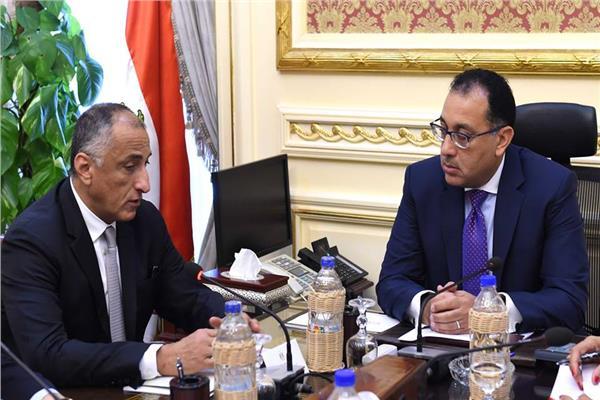 رئيس مجلس الوزراء ومحافظ البنك المركزي خلال الاجتماع