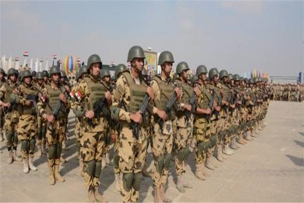 القوات المسلحة تنظم احتفالية فنية لطلبة الطلائع بقيادة المظلات
