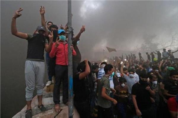 محتجون يقتحمون القنصلية الإيرانية في مدينة البصرة العراقية