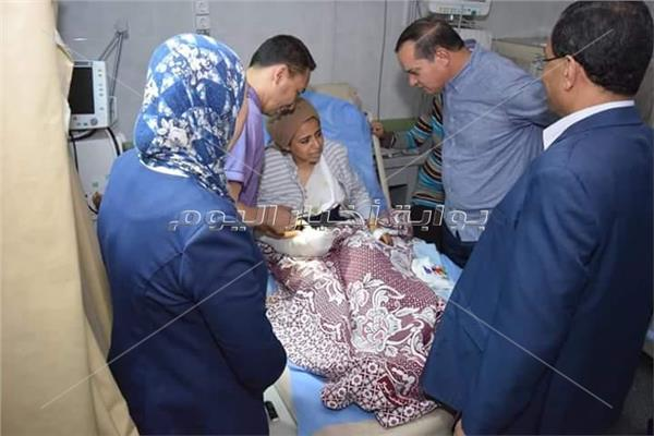 رئيس جامعة سوهاج يطمئن على  فتاة بعد إنقاذ يدها من البتر