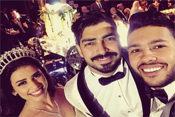 محمد شاهين مع العروسين