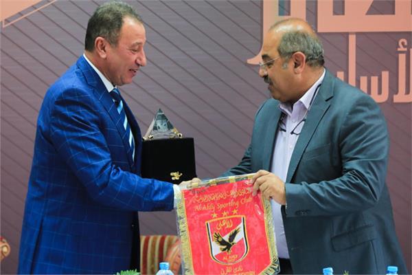 الخطيب يهدي درع الأهلي لرئيس اللجنة الأولمبية