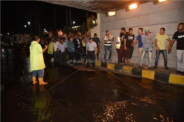 محافظ الإسكندرية يتابع نموذج محاكاة للأمطار بنفق المندرة