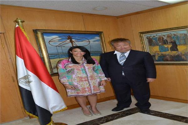 وزيرة السايحة مع المستشار الثقافي للسفارة الصينية بالقاهرة