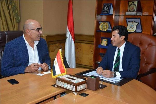 وزير الشباب والرياضة مع رئيس اتحاد كرة اليد