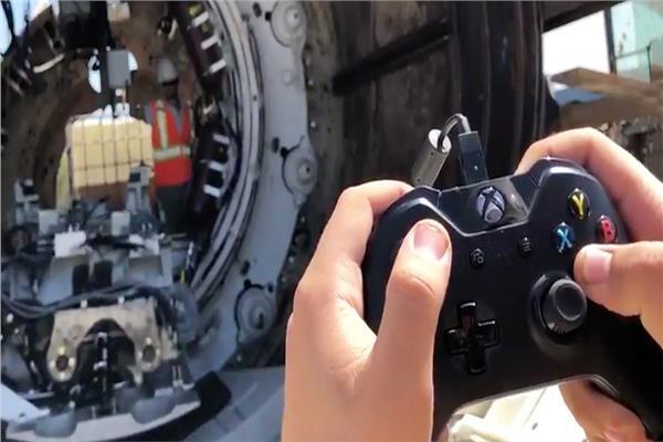 مهندس يتحكم في مكنة حفر بأذرع جهاز «Xbox»