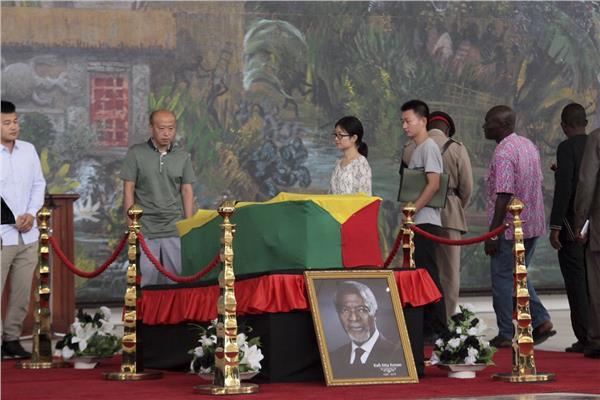غانيون يلقون نظرة الوداع الأخيرة على جثمان كوفى أنان