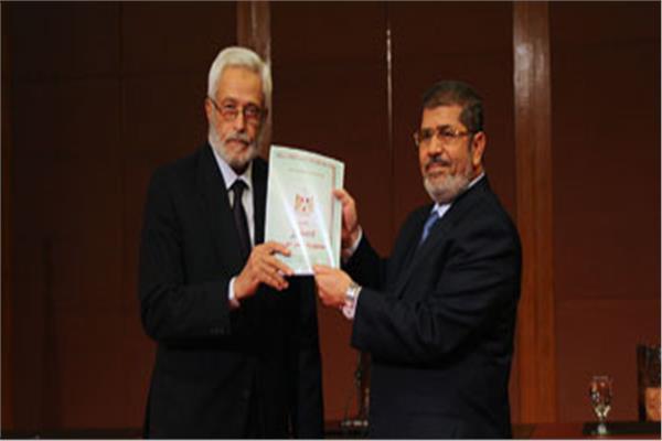 المعزول مرسي يتسلم دستور 2012 من المستشار حسام الغرياني رئيس اللجنة التاسيسية لوضع الدستور