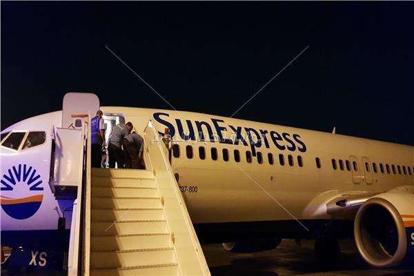 الطائرة فور هبوطها وصعود رجال الاسعاف عليها لإنقاذ الراكب