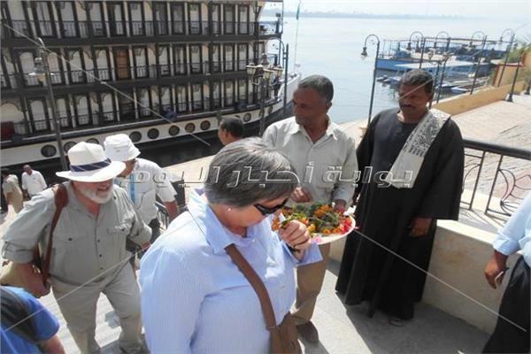 السياح الانجليز اثناء زيارة معبد ابيدوس