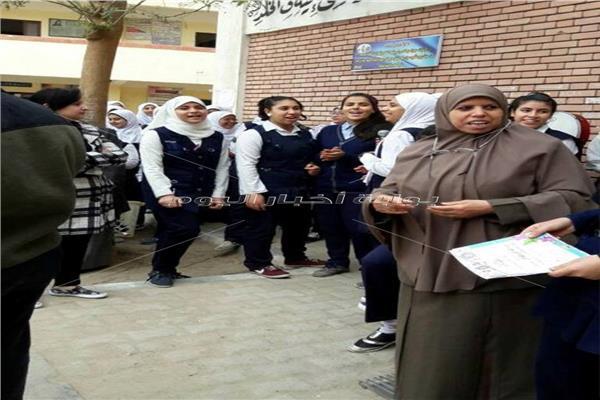 المديرة تمنع دخول الطالبات للفصول إلا بعد غسيل وجهوهن من المكياج