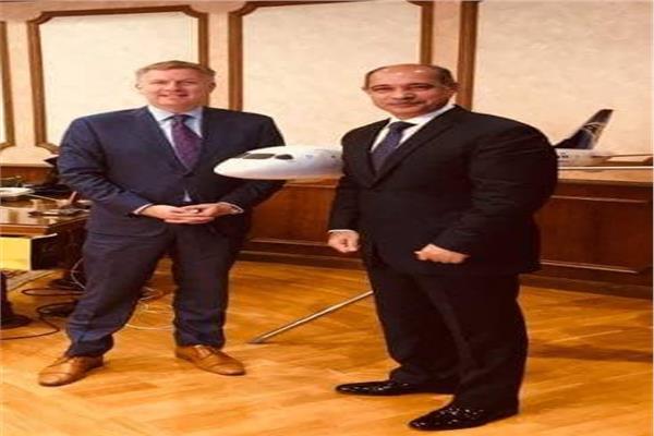 وزير الطيران يلتقي سفير كندا لبحث التعاون المشترك
