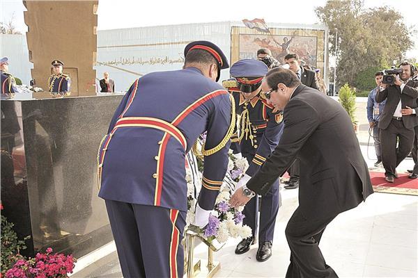 السيسي يضع إكليلا من الزهور على النصب التذكاري بمناسبة 6 أكتوبر - أرشيفية