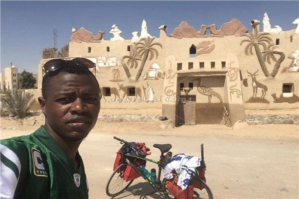 محمد عوض الشهير بالنوبي أمام متحف مدينة الفرافرة بالوادي الجديد