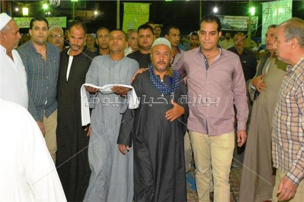 الرائد محمد عبدالصبور رئيس مباحث طهطا ومعه اثناء تقديم الكفن لاهل القتيل
