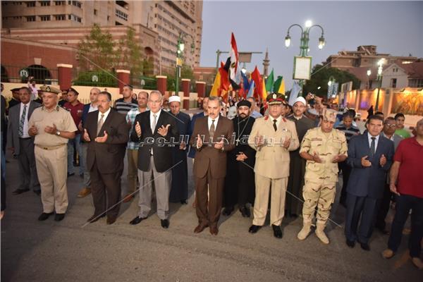 محافظ أسيوط خلال مشاركته المسيرة مع شباب الجامعة