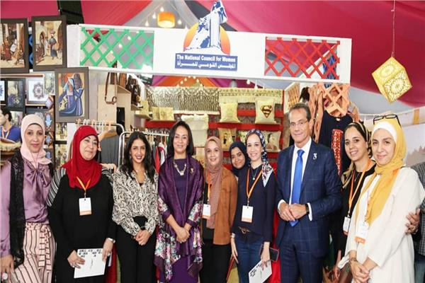 مايا مرسي تزور معرض «كرافيتي إيجيبت» للحرف اليدوية