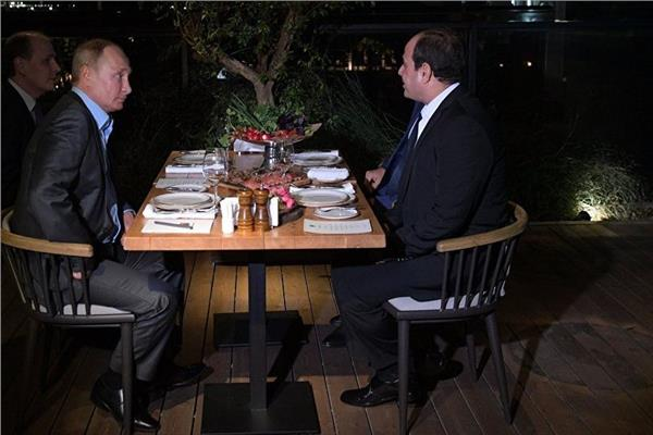 الرئيس السيسي ونظيره الروسي خلال العشاء