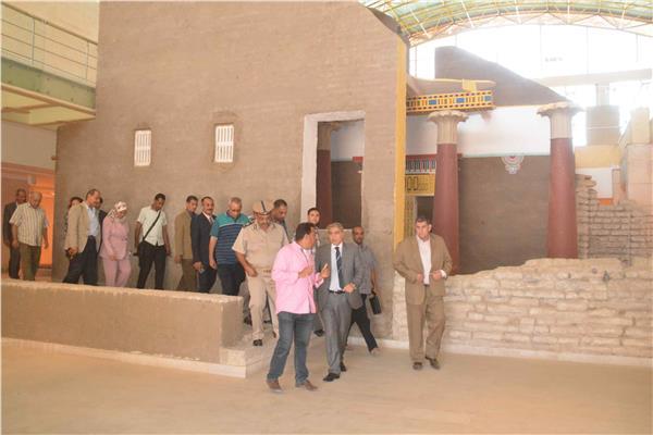 تطهير مخرات السيول واستمرار اعمال الرصف بمدينة بنى مزار بالمنيا