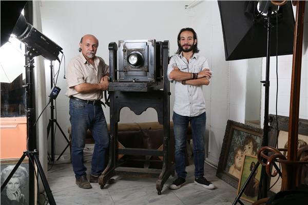 صاحب ستوديو بيلا ونجله مع الكاميرا الأثرية