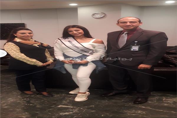 ملكة جمال مصر لدي مغادرتها مطار القاهرة