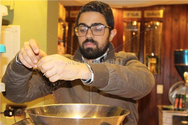 كريم الشربيني يصنع إحدى التوليفات