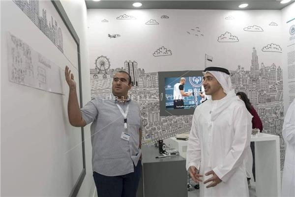 """الشيخ عبد الله بن زايد يطلع على لوحة الفنان الإماراتي المبدع في معرض """"فن أبوظبي"""""""