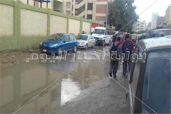 مياه الأمطار تغرق شارع «مجمع المدارس» بالإسكندرية