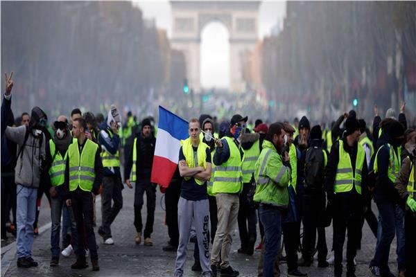 «السترات الصفراء» يقودون مسيرات حاشدة بباريس