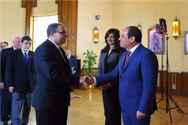 د. علاء صادق أثناء تكريمه من الرئيس عبد الفتاح السيسي