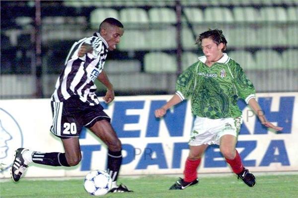 عبد الستار صبري أمام أحد لاعبي منتخب المكسيك
