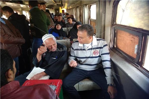 وزير النقل في قطار الغلابة.. ويفاجىء طلاب معهد وردان