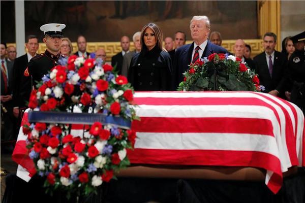 دونالد ترامب أمام جثمان بوش الأب