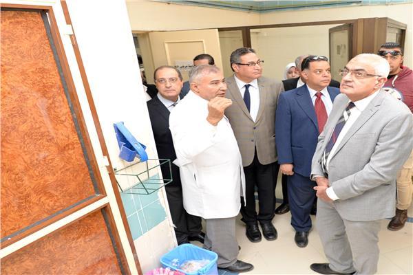 الدكتور أشرف عبد الباسط رئيس الجامعة خلال الافتتاح