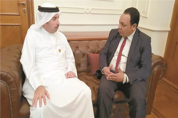 سفير البحرين مع محرر الأخبار