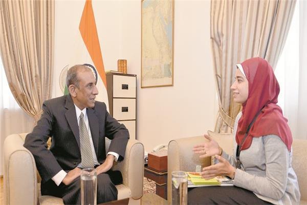 سفير الهند بالقاهرة مع محررة الأخبار