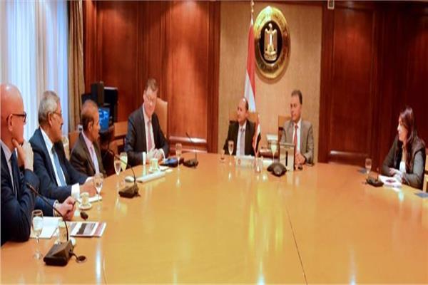 """وزيرا النقل والصناعة يبحثان مع وفد شركة """"مرسيدس"""" تزويد مصر بالاتوبيسات السريعة"""