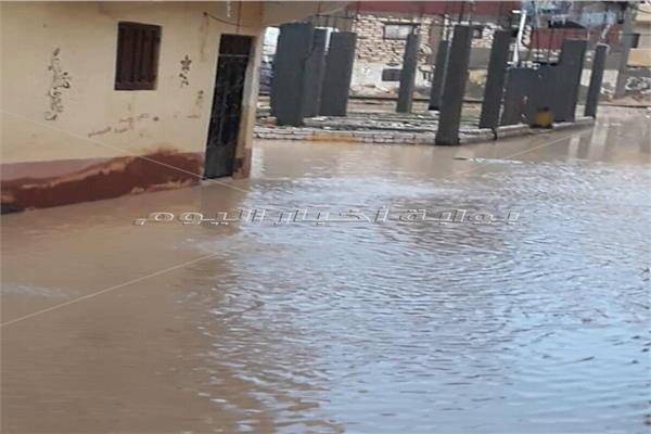 مياه الأمطار تغرق شوارع حي العامرية