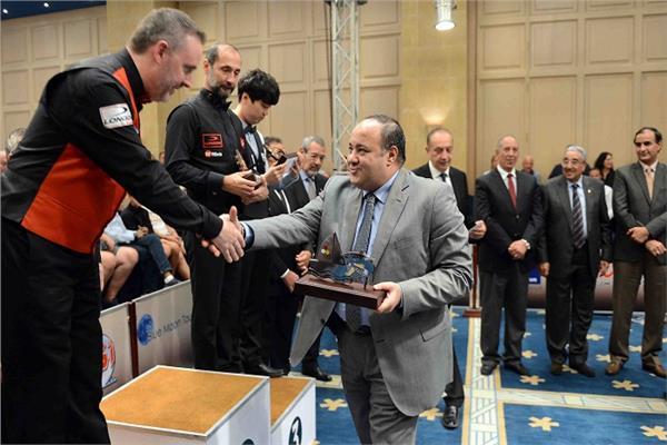"""أحمد جلال مدير عام مؤسسة """"أخبار اليوم"""" أثناء تسليم كأس البطولة"""