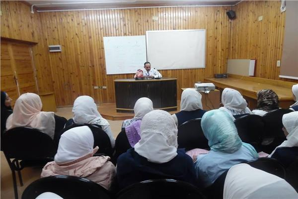 مدير المركز يشرح للطالبات